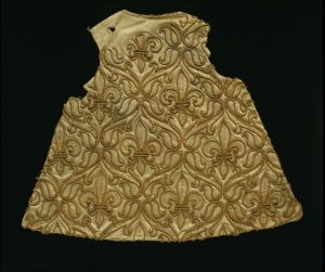 straw embroidered robe 1670-1699-Courtesy-Victoria-and-Albert-Museum