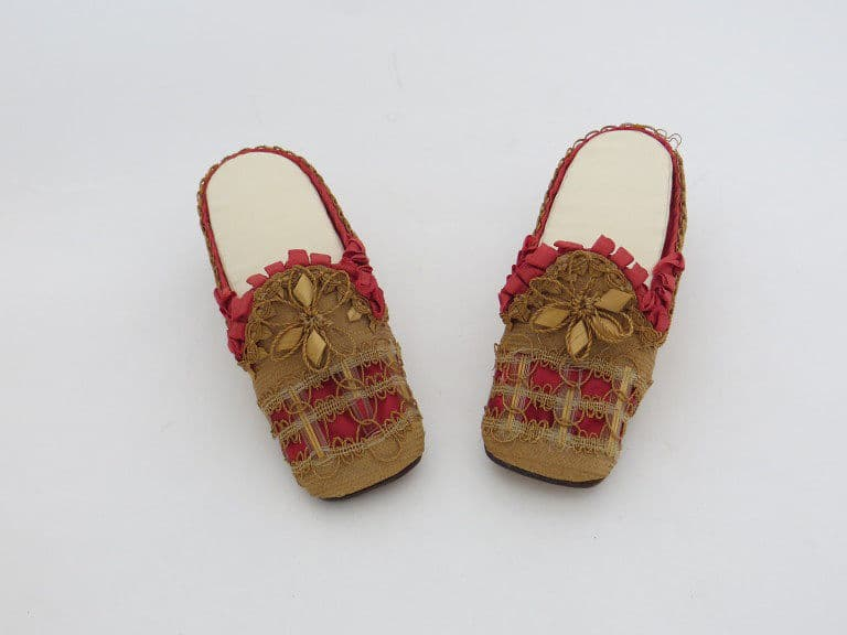 straw shoes from above 1850-79 Made in Great Britain Gift of HM queen, Courtesy Victoria and Albert Museum, straw decorated shoes, straw fashion, The Straw Shop